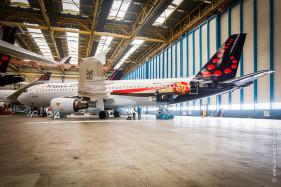 Brussels Airport Belgian Red Devils, vliegtuig Rode Duivels wordt bestickerd met Rode Duivels-stickers