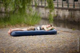 Student op luchtmatras aan het Prinsenhof in Gent