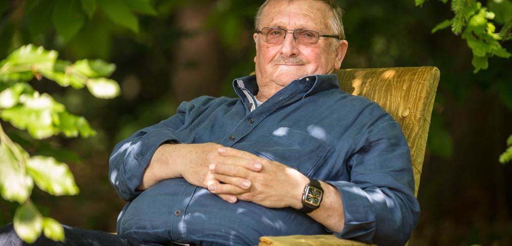 Acteur Jaak Van Assche in zijn tuin.