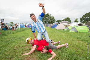 ASS HLN Rock Werchter 2014 Dag 3, Rode Duivelsfans vs. Argentinië-fan op camping The Hive, Argentijn Gomez en Duivelsupporters Jonathan en Pierre. PICTURES NOT INCLUDED IN THE CONTRACTS