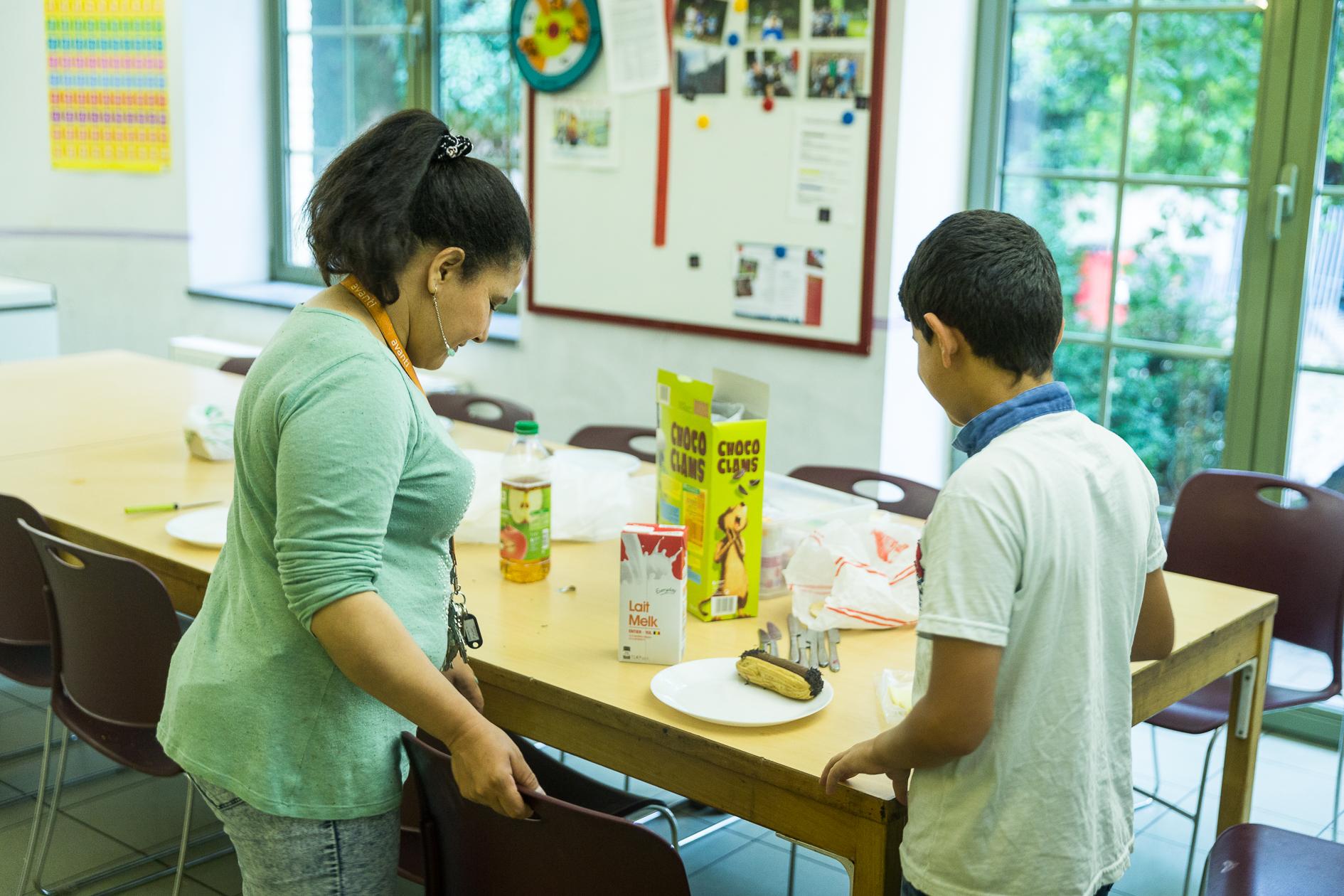 Minor Ndako, Opvang en begeleiding voor minderjarigen en hun context, vluchtelingen, Mohammed (12) aan het ontbijt.