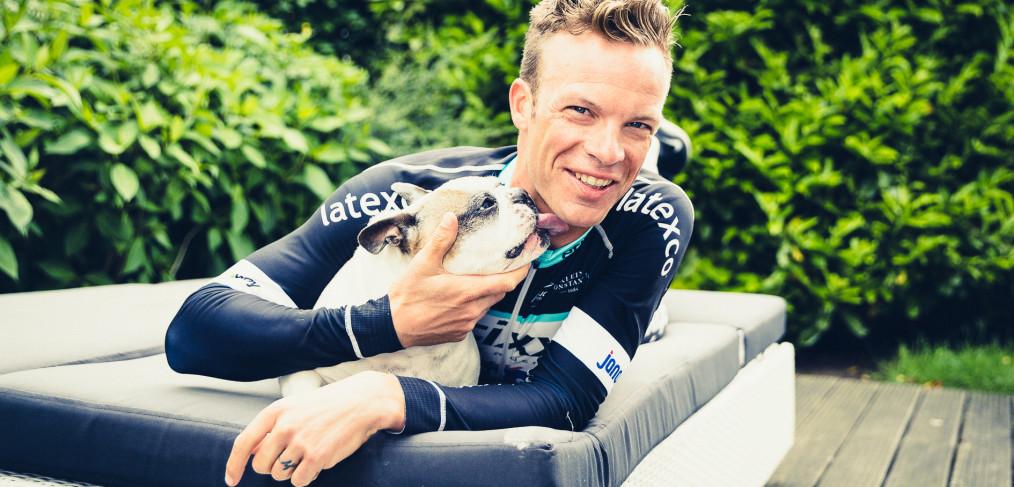 Profwielrenner Iljo Keisse met zijn hond Louis, na zijn ritwinst in de Giro van Italië.