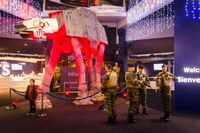 Première Star Wars, Belgische militairen vervangen Storm Troopers.