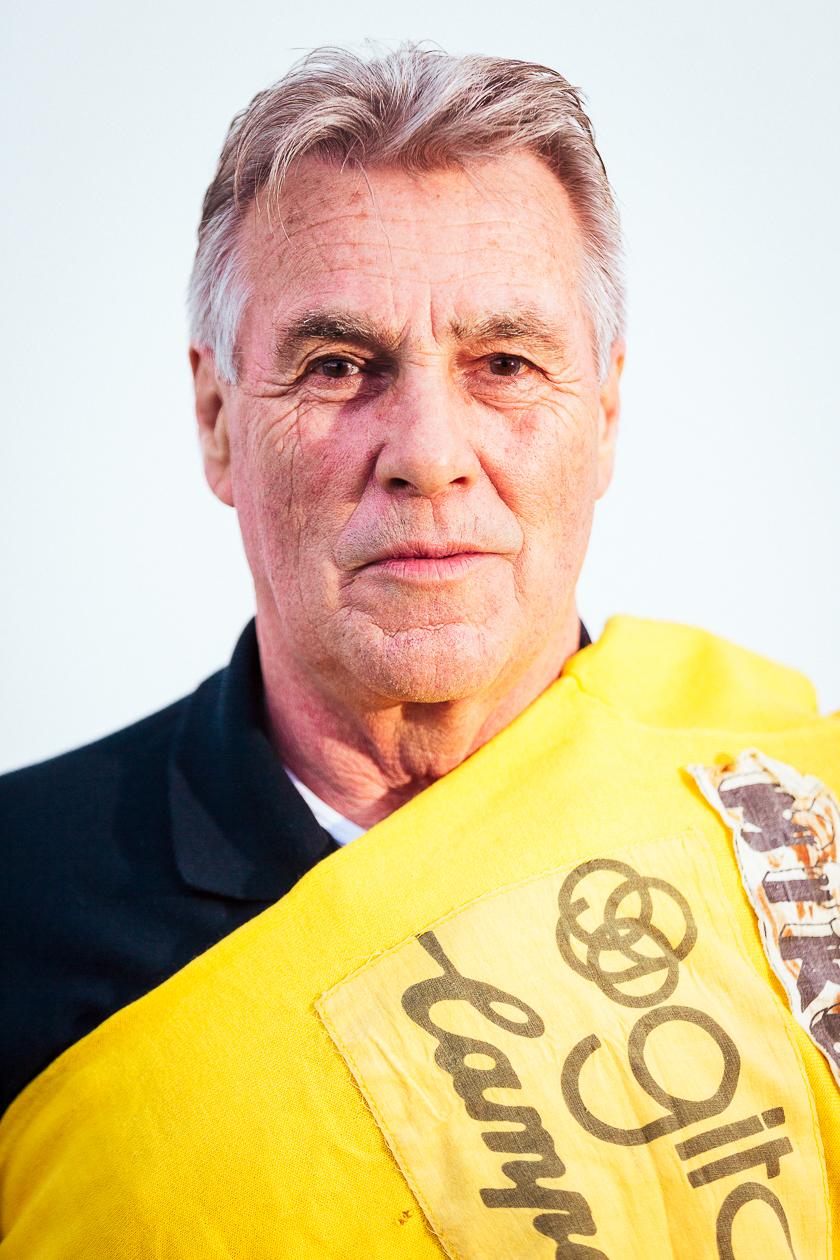 Boekvoorstelling Lucien! door Lucien Van Impe en auteur Filip Osselaer, Lucien poseert met zijn Tour de France troffee uit 1976.