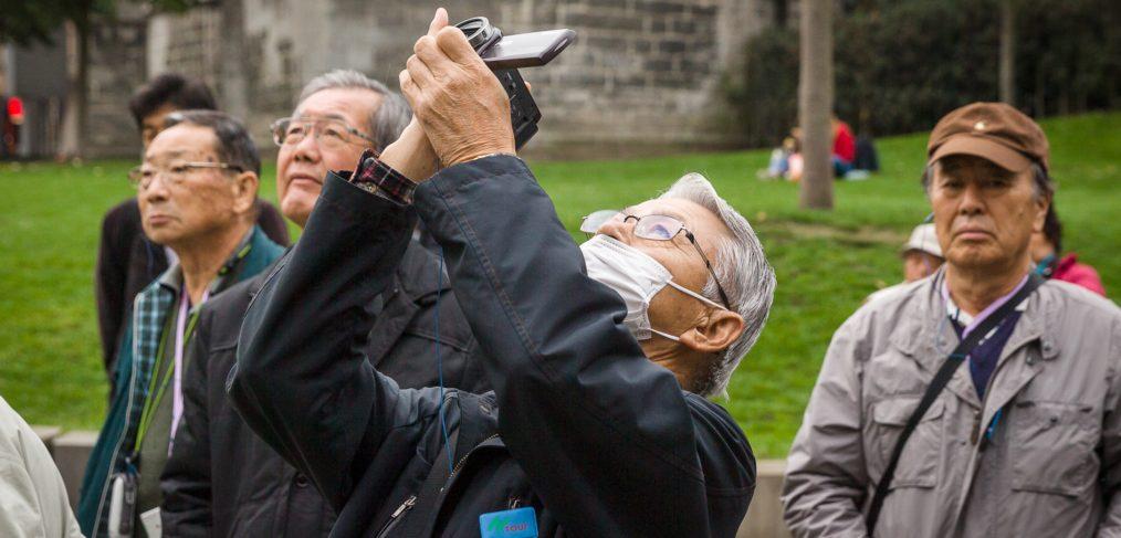 Chinees filmt met mondmasker in Gent