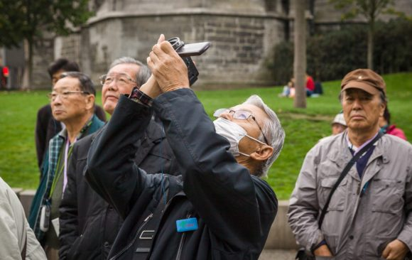 Chinese toerist filmt met mondmasker in Gent